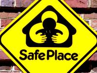 una cartel con la señal: SafePlace
